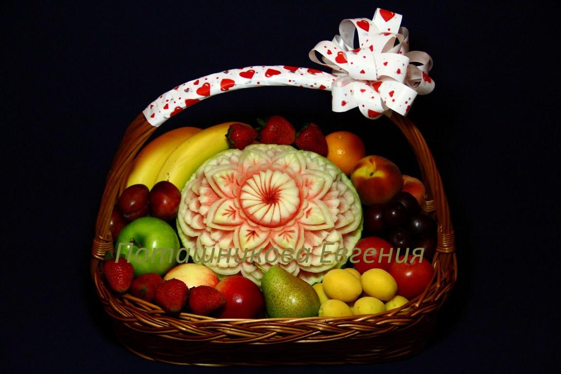 Корзина с фруктами праздничная